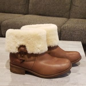 LIKE BRAND NEW UGG Short Boots with Fluff & Buckle